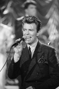 News Photo : Episode 221 Pictured Musical guest David Bowie. David Bowie, David Jones, Bowie Starman, The Thin White Duke, Musica Popular, Major Tom, Ziggy Stardust, Music Icon, Role Models