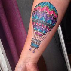 Cette montgolfière colorée. | 26 tatouages parfaits pour les amoureux du voyage
