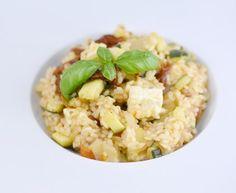 riz rond, courgette, tomate séchée, oignon, feta, bouillon, basilic frais, huile, poivre, Sel