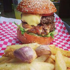 De ok burger!!! Hamburger, Cheese, Meat, Amazing, Ethnic Recipes, Food, Restaurants, Hamburgers, Meals