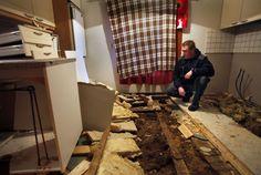 Pälkäneläisen Jere Jokisen keittiön lattia on purettu. Vanhan talon eristeenä oli käytetty muun muassa sammalta.