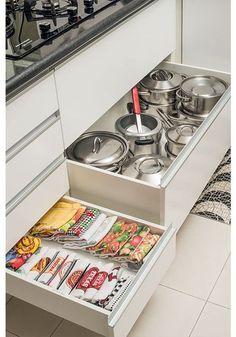 5 truques para organizar a cozinha - Casinha - Kitchen Room Design, Home Decor Kitchen, Interior Design Kitchen, Kitchen Furniture, Home Kitchens, Decorating Kitchen, Kitchen Organisation, Diy Kitchen Storage, Kitchen Drawers