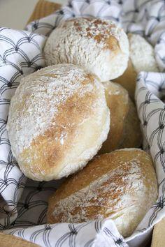 Nattjästa frallor Artisan Bread Recipes, Baking Recipes, Snack Recipes, Savoury Baking, Bread Baking, Swedish Bread, Bread Bun, Swedish Recipes, Breakfast Snacks