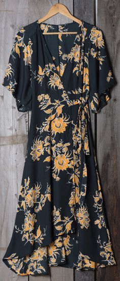 Cupshe Bad Moon Printing Long Wrap Dress - Size Small - Brand New - Never Worn by Alicia Sarris (aliciasarris) on Bunz Vogue, Maxi Robes, Vestidos Vintage, Looks Style, Mode Style, 90s Style, Dress Me Up, Date Outfits, Get Dressed