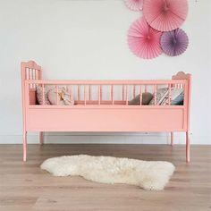 Vintage Babybett in Altrosé Kinderbett aus Holz Baby von ChouetteFabrique