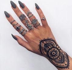 Not sure if it's a tattoo or henna but it's so pretty - Beste Haarstyling Männer Feines Haar Gray Nails, Matte Nails, Acrylic Nails, Tatoo Henna, Wrist Tattoo, Henna Style, Black Henna, Pointy Nails, Nail Jewelry