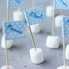 Marshmallow Table Name Flags party diy marshmallow diy crafts diy party ideas party decoration table name flags Grilling Gifts, Table Names, First Communion, Baby Party, Name Cards, Elle Decor, Party Time, Robin, Diy And Crafts
