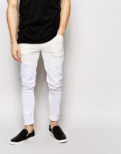Superenge Jeans von ASOS Power-Stretch-Denim für erhöhten Tragekomfort und verbesserte Passform verstärkte, besonders strapazierfähige Außennähte Innentaschen aus hochwertigem Baumwolltwill Hängerschlaufe hinten in der Mitte Fünf-Taschen-Stil Reißverschluss superenge Passform Maschinenwäsche 98% Baumwolle, 2% Elastan Model trägt 32 Zoll/81 cm Normalgröße und ist 185,5 cm/6 Fuß 1 Zoll groß
