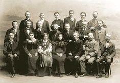Учасники з'їзду українських письменників у Львові з нагоди 100-річчя виходу в світ «Енеїди» Котляревського, 1898 р: Сидять у першому ряду: