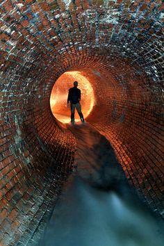 Le photographe canadien Andrew Emond, passionné d'urbex, nous entraine dans le monde souterrain des égouts de Montréal. Une facette méconnue de la ville québécoise, passant de la brique au béton au fil des époques et des déambulations de son réseau, dont les premières constructions remontent aux années 1800…