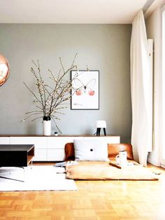 Es muss aber nicht immer ein klassisches Sofa sein: Super machen sich z.B auch Futons, die ihr nach Lust und Laune ausklappen könnt oder einfach große Sitzkissen. Hauptsache bequem und schön!