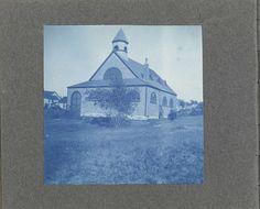 Anonymous | Houten kerk, Verenigde Staten, Anonymous, c. 1900 - c. 1920 | Onderdeel van Fotoalbum met 53 cyanotypieën van kinderen, paarden, huizen, boten en strandtaferelen in de Verenigde Staten.