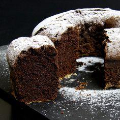 340ml di acqua 250g di zucchero 90ml di olio di semi 320g di farina 50g di cacao in polvere 1 bustina di lievito zucchero a velo q.b.