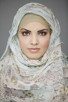 """""""Ik houd van losse stoffen. Dan kan je haar luchten. Als je haar teveel wordt afgesloten kan je last krijgen van een optrekkende haargrens. Man, daar moet ik echt niet aan denken!"""" #hoofddoek #hijab http://www.hoofdboek.com/"""