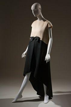 Vestido largo de noche en dos tonos y de corte asimétrico, diseñado por Cristobal Balenciaga, realizado en seda y con lazo a la cintura - 1968