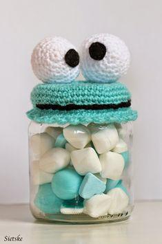 Van lege groentepotjes kun je grappige snoeppotjes maken of om andere dingetjes in op te bergen.  Ook heb ik opkikkerpotjes gemaakt, is hee... Crochet Cup Cozy, Crochet Bowl, Love Crochet, Vintage Crochet, Crochet Cake, Crochet Baby Toys, Crochet Gifts, Baby Knitting Patterns, Crochet Patterns