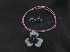 Conjunt flor d'arracades i collaret de feltre. Referència :FL-CON-018 Material : Feltre Pes : 2g