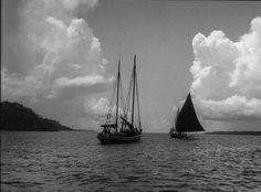 "Nordkanal zwischen den Aru-Inseln. Links, das Segel-Motorboot ""Talisman"". Dia_011-095"
