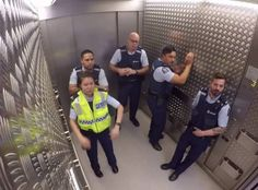 Nagranie z ukrytej kamery podbija internet. Policjanci udowodnili, że mają poczucie humoru i... czują rytm!