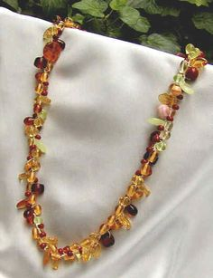 Gehäkelte Halskette mit Glasperlenmix in braun