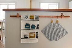 Ett kopparrör blir en smart hängare på nolltid. Bathroom Hooks, Land, Towel, Cabinet, Storage, Kitchen, Diy, Furniture, Home Decor