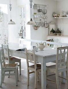 nuhjuinen ruokapöytä ja tuolit valkoinen keittiö