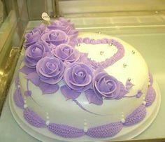 Dort marcipánový * narozeninový - zdobený krémovými růžemi.