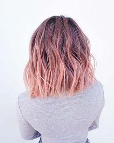 The latest look for the celebrities to rock are these rose gold hair color ideas, and when you learn how easy they are to customise and make your own, you might just kick yourself for not trying this sooner . Vivid Hair Color, Gold Hair Colors, Hair Color Dark, Cool Hair Color, Rose Gold Hair Brunette, Ombre Hair, Rose Gold Short Hair, Ombre Rose Gold Hair, Balyage Short Hair