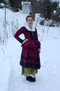 Trossfrau with underskirt in linen