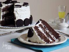 La torta oreo è un dolce Americano molto alto,scenografico,cioccolatoso,buono e goloso preparato con i biscotti oreo.