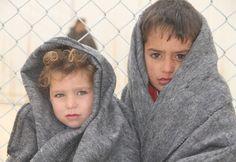 Många barn och familjer som befinner sig på flykt saknar de kläder och filtar de behöver för att överleva kyla under vintern. De här barnen befinner sig i Jordanien på flykt undan konflikten i Syrien. De har bland annat fått filtar för att klara vintern.