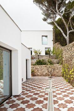 Image 8 of 16 from gallery of House In Costa Brava / Garcés - De Seta - Bonet. Photograph by Adrià Goula Garden Pool, Garden Landscaping, Garden Design, House Design, Courtyard Design, Interior Decorating Tips, Interior Design, Garden Illustration, Spanish House
