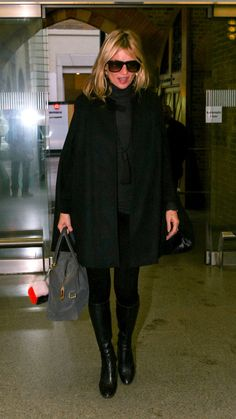 Looking stylish all in black, Kate Moss!