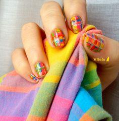 Diseño de uñas estampado a cuadros.  Plaid pattern nail art design.