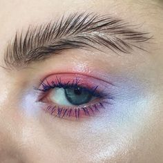 Les sourcils plumés sont la nouvelle tendance à laquelle personne ne s'attendait.