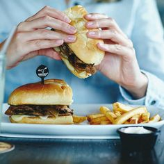 Verantwoord junk food voor na je workout - Manners Magazine Longhorn Steakhouse Coupons, Hurom Juicer, Prime Rib Sandwich, Best Chips, Yummy Food, Tasty, Dinner Entrees, Junk Food