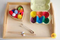 Exercices de tri - le bien dans le pot - Farben lernen im Kindergarten - Bebe Montessori Baby, Montessori Trays, Maria Montessori, Montessori Activities, Infant Activities, Activities For Kids, Montessori Kindergarten, Montessori Practical Life, Diy Toys