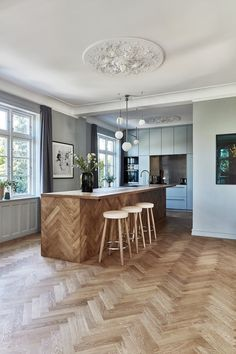 This unique Scandinavian kitchen has the most beautiful herringbone parquet. Designed by Peter Wedell-Wedellborg Kitchen Furniture, Kitchen Interior, New Kitchen, Kitchen Decor, Kitchen Ideas, Interior Office, Interior Design, Scandinavian Kitchen, Cuisines Design