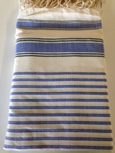 Maxi Fouta Azul Marino - Crudo 2 Tamaños: - 2m*2m - 3m*2m Pr. lanzamiento: 2m*2m: 20€ - 3m*2m: 23€ Sólo hasta el 24 de noviembre de 2014 Bee Embroidery, Textiles, Weave, Shawl, Couture, Couch Slip Covers, Bed Feet, Weaving Looms, Navy Blue