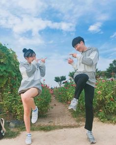The only reason I want to be in a relationship rn is to have someone to take cheesy photos with, BAHAHAHHA Mode Ulzzang, Korean Ulzzang, Ulzzang Girl, Couple Goals, Cute Couples Goals, Couple Aesthetic, Korean Aesthetic, Cute Korean, Korean Girl