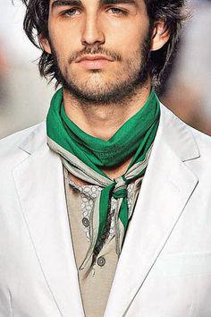 Mettre un foulard carré homme - square silk scarf