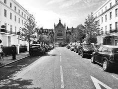 The streets behind Harrods ❤ #findtravelkitten . . . . . #london#uk#streetphoto #travelpassion#church #city_explore#city#travel #instatravel#instagood #photooftheday#travelstoke #bestintravellers#bnw #bnw_captures#traveltheworld#igtravel#dametraveler#aroundtheworld#exploretheworld#justgoshoot#wanderlust#mytravelgram