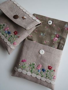 Molde y videotutorial - Cartera de Tela - Comando Craft - cüzdan - Cartera Comando Craft cüzdan Molde Tela videotutorial Embroidery Bags, Hand Embroidery Stitches, Silk Ribbon Embroidery, Embroidery Patterns, Sewing Patterns, Fabric Crafts, Sewing Crafts, Sewing Projects, Handmade Bags