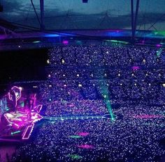 Glowing in the dark, Coldplay. Future Concert, Dream Concert, Concert Crowd, Pops Concert, Coldplay Concert, Coldplay Show, Coldplay Tour, Beautiful World Lyrics, Concert Stage Design
