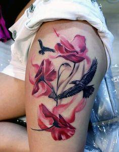 tatuaże damskie kwiaty i ptaki na udzie