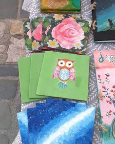 Înfrumusețează-ți masa cu unul din seturile unicat de suporturi de pahare pictate sau decorate prin tehnica șervețelului. Le găsești la noi… Craft Fairs, Gift Wrapping, Crafts, Gift Wrapping Paper, Manualidades, Wrapping Gifts, Handmade Crafts, Craft, Gift Packaging