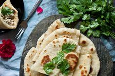 Nadýchaný a vláčný indický chléb Kulcha z těch nejzákladnějších surovin, jak to s chleby bývá, určitě stojí za zkoušku. Budete ho moci servírovat například s Baba Ganoush, Mungovým či tradičním Hummusem nebo jej naplnit trhanými líčky či jiným masem s tamarindovou omáčkou. Díky jeho vláčné struktuře je velmi vhodný i na pln Bread Recipes, Cooking Recipes, Asian Recipes, Ethnic Recipes, Kitchenette, Crackers, Hummus, Tacos, Food And Drink