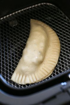 An air fryer beef empanada for anyone who knows the best fried food is golden crispy brown – this won't disappoint! An air fryer beef empanada for anyone who knows the best fried food is golden crispy brown – this won't disappoint! Air Fryer Recipes Potatoes, Air Fryer Oven Recipes, Air Frier Recipes, Air Fryer Dinner Recipes, Air Fryer Recipes Vegetables, Air Fryer Recipes Shrimp, Power Air Fryer Recipes, Picnic Recipes, Healthy Recipes