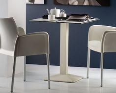 Tavolo bar modello Quadra, ideato per arredare ambienti indoor e outdoor. Tavolo bar con base in fusione di ghisa, colonna in tubo d'acciaio verniciata.