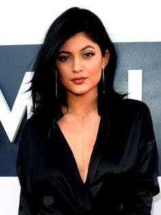 Kylie Jenner mengaku dalam Keeping Up with the Kardashians episode Mei bahwa ia menggunakan lip filler temporer untuk membuat bibirnya 'penuh'. Tapi rupanya dia telah terlalu jauh sekarang, karena yang dilakukannya ini cukup beresiko. #Selebritis #KylieJenner #LipFiller #Bintang #Indonesia